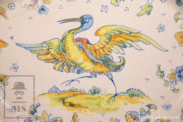Antigüedades: Fuente de Cerámica de Manises Pintada a Mano - Ave y Flores - Cases - Medidas 40,5 x 31 cm - Foto 2 - 155918750