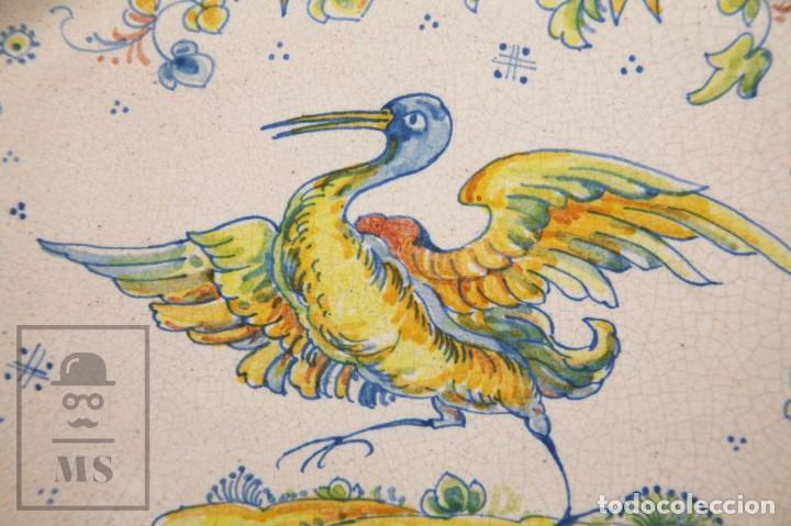 Antigüedades: Fuente de Cerámica de Manises Pintada a Mano - Ave y Flores - Cases - Medidas 40,5 x 31 cm - Foto 3 - 155918750