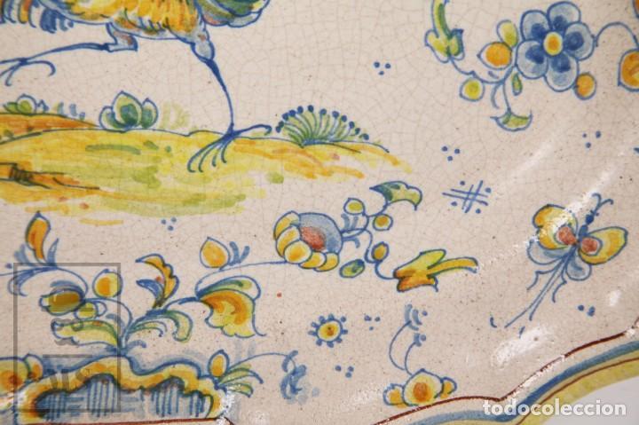 Antigüedades: Fuente de Cerámica de Manises Pintada a Mano - Ave y Flores - Cases - Medidas 40,5 x 31 cm - Foto 4 - 155918750