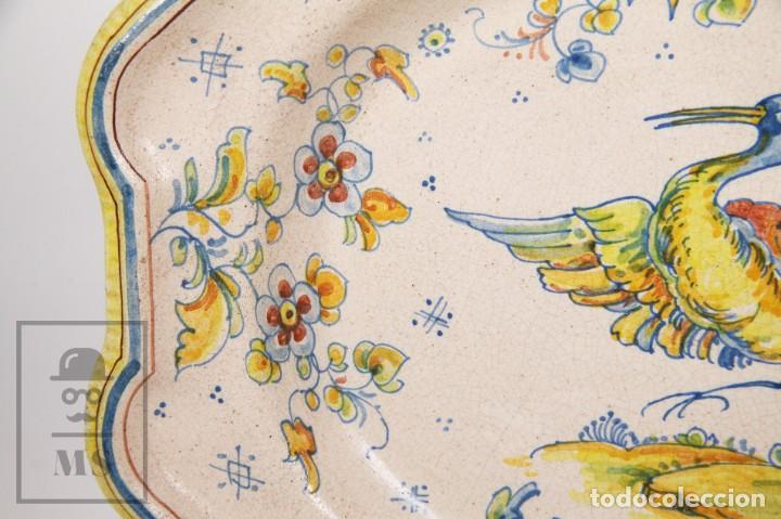 Antigüedades: Fuente de Cerámica de Manises Pintada a Mano - Ave y Flores - Cases - Medidas 40,5 x 31 cm - Foto 5 - 155918750