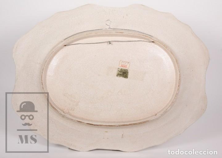Antigüedades: Fuente de Cerámica de Manises Pintada a Mano - Ave y Flores - Cases - Medidas 40,5 x 31 cm - Foto 6 - 155918750