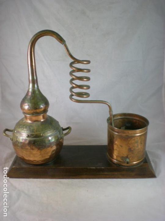 ALAMBIQUE ANTIGUO DE COBRE MONTADO SOBRE BASE DE MADERA (Antigüedades - Técnicas - Rústicas - Utensilios del Hogar)