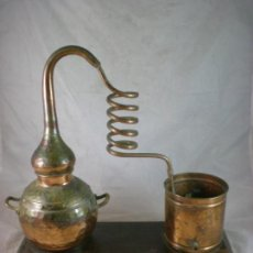 Antigüedades: ALAMBIQUE ANTIGUO DE COBRE MONTADO SOBRE BASE DE MADERA. Lote 155931878