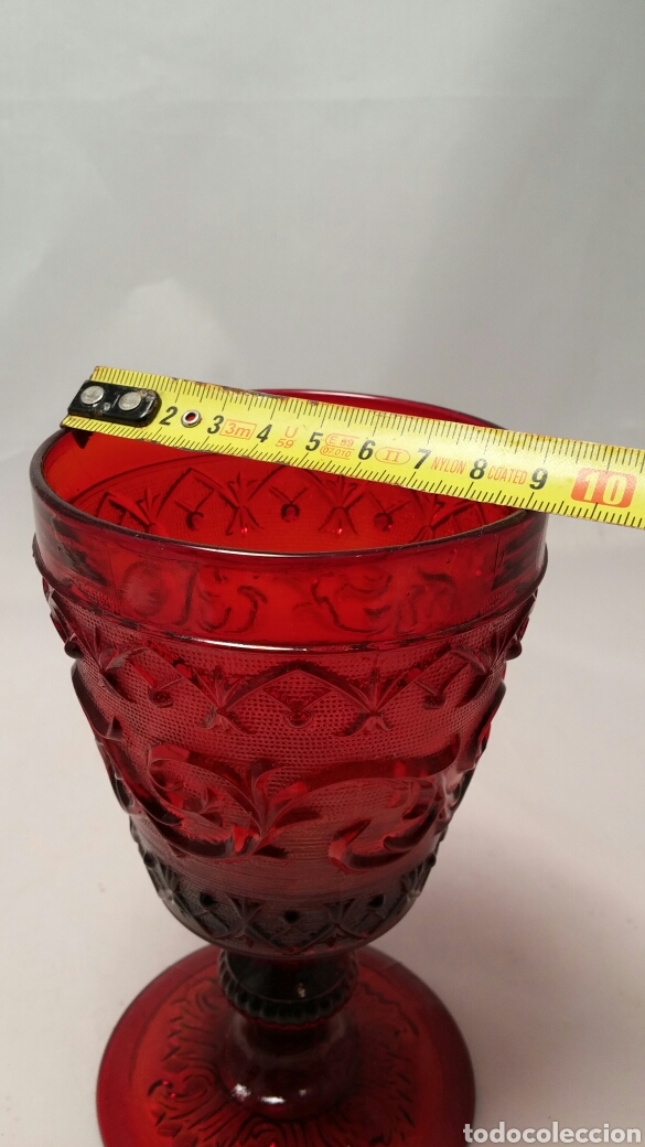 Antigüedades: Antigua copa de cristal roja con relieves Isabelina fin de siglo XIX - Foto 4 - 155963568