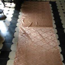Antigüedades: BROCADO DAMASCO ROSA PALO Y DORADO 3 METROS X 1 M APROXIMADAMENTE, IDEAL VIRGEN SEMANA SANTA TRAJE . Lote 160449633