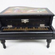 Antigüedades: PIANO DE MADERA NOBLE CON MÚSICA . Lote 155980838