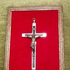 Antigüedades: CRUZ CON CRISTO CRUCIFICADO ENMARCADO SOBRE TERCIOPELO . Lote 155986362