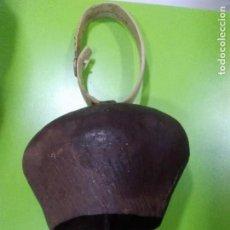 Antigüedades: ANTÍGUO CENCERRO CON COLLAR DE MADERA - FORMA REDONDEADA - SONIDO FUERTE. Lote 155991450