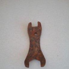 Antigüedades: ANTIGUA LLAVE DE MAQUINARIA.. Lote 156000530