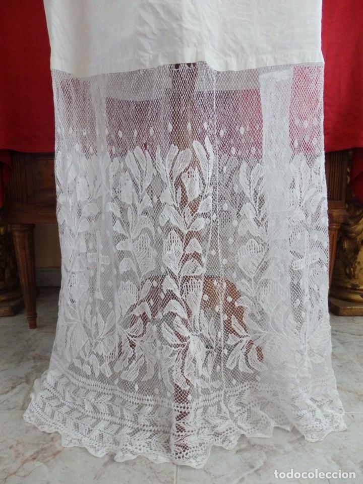 Antigüedades: Alba de grandes dimensiones confeccionada en algodón y encajes. Hacia 1900. - Foto 4 - 156000694