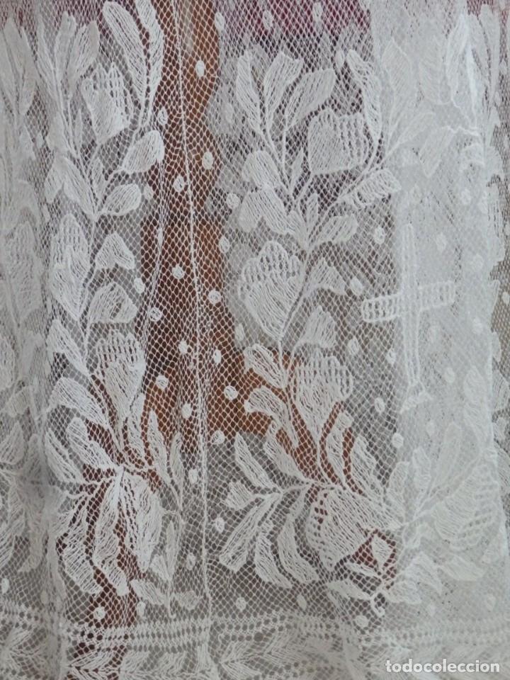Antigüedades: Alba de grandes dimensiones confeccionada en algodón y encajes. Hacia 1900. - Foto 5 - 156000694