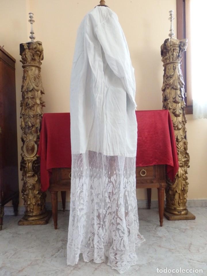 Antigüedades: Alba de grandes dimensiones confeccionada en algodón y encajes. Hacia 1900. - Foto 6 - 156000694