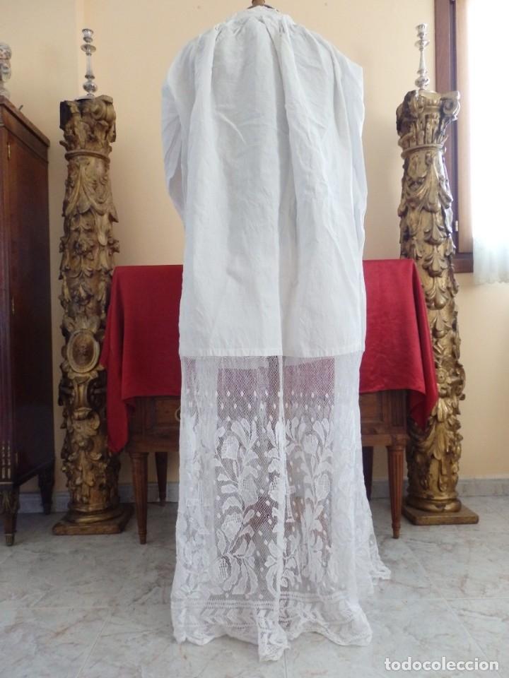 Antigüedades: Alba de grandes dimensiones confeccionada en algodón y encajes. Hacia 1900. - Foto 7 - 156000694