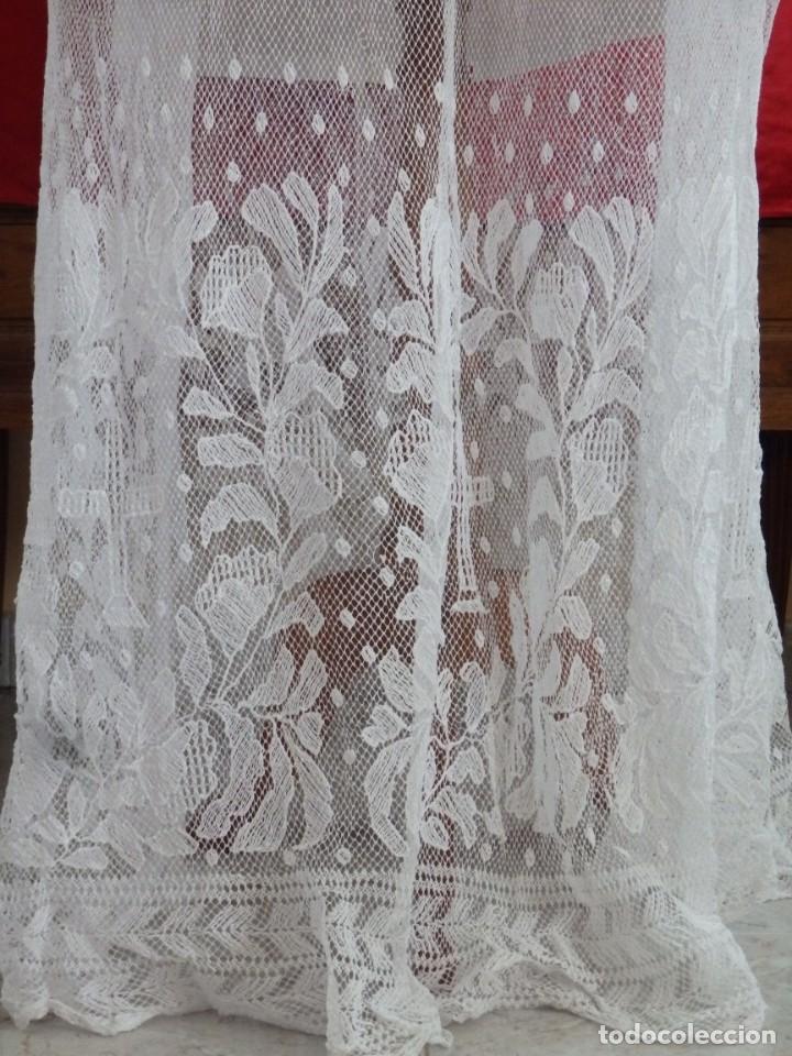 Antigüedades: Alba de grandes dimensiones confeccionada en algodón y encajes. Hacia 1900. - Foto 9 - 156000694