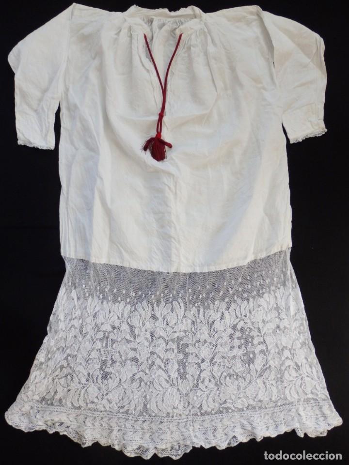 Antigüedades: Alba de grandes dimensiones confeccionada en algodón y encajes. Hacia 1900. - Foto 11 - 156000694
