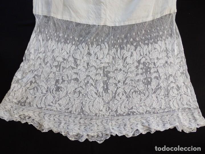 Antigüedades: Alba de grandes dimensiones confeccionada en algodón y encajes. Hacia 1900. - Foto 14 - 156000694