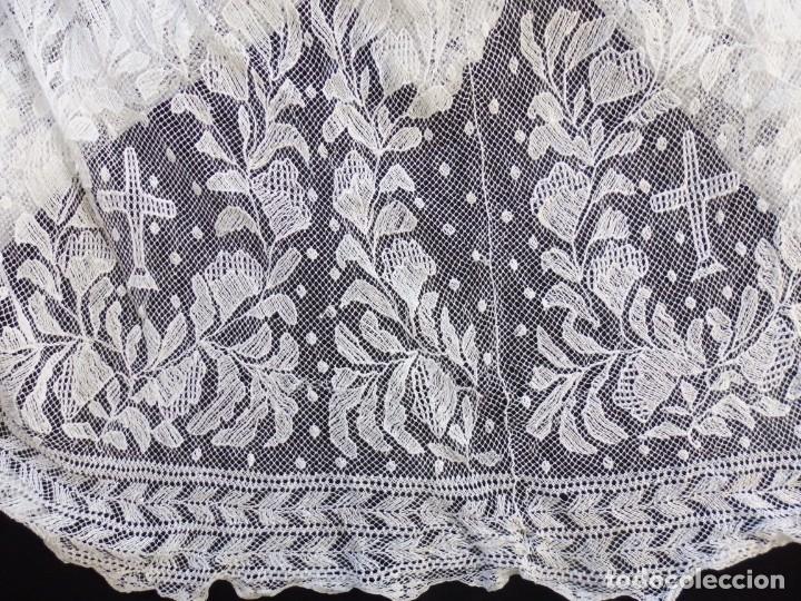 Antigüedades: Alba de grandes dimensiones confeccionada en algodón y encajes. Hacia 1900. - Foto 15 - 156000694