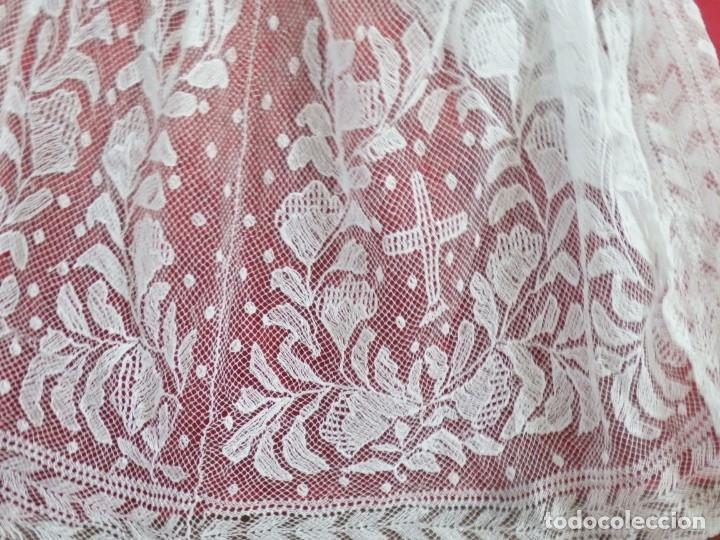 Antigüedades: Alba de grandes dimensiones confeccionada en algodón y encajes. Hacia 1900. - Foto 18 - 156000694