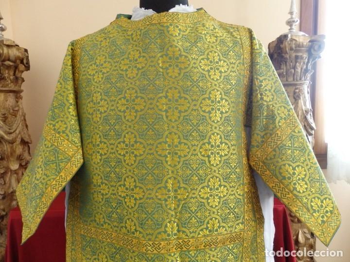 Antigüedades: Dos dalmáticas confeccionadas en seda color verde y damascos en hilo de seda dorado. Pps. S. XX. - Foto 3 - 156001494