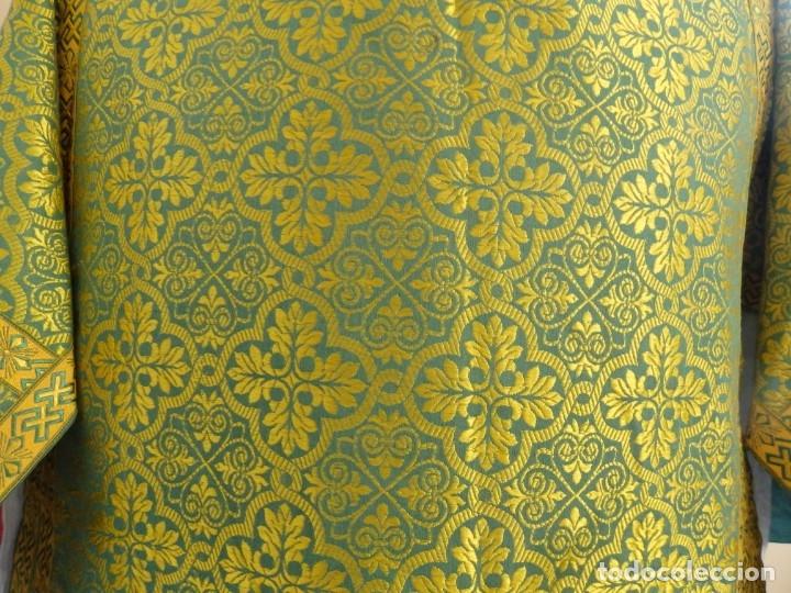 Antigüedades: Dos dalmáticas confeccionadas en seda color verde y damascos en hilo de seda dorado. Pps. S. XX. - Foto 4 - 156001494