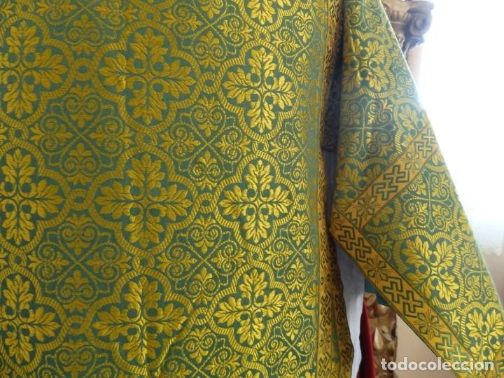 Antigüedades: Dos dalmáticas confeccionadas en seda color verde y damascos en hilo de seda dorado. Pps. S. XX. - Foto 5 - 156001494