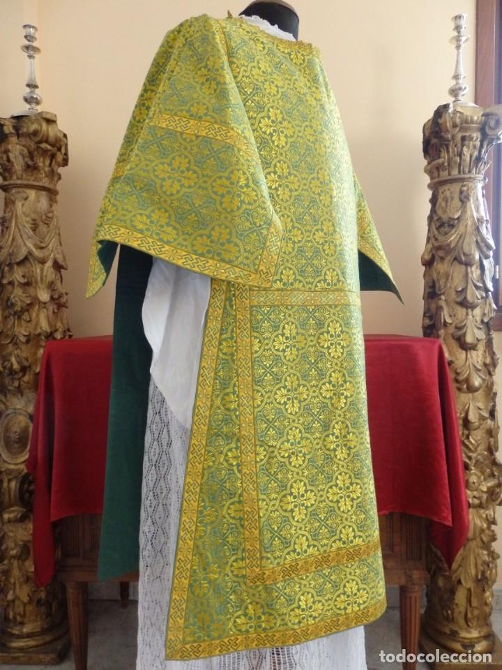 Antigüedades: Dos dalmáticas confeccionadas en seda color verde y damascos en hilo de seda dorado. Pps. S. XX. - Foto 7 - 156001494