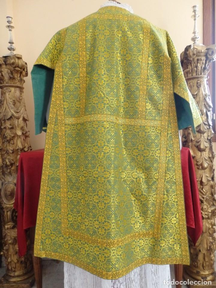 Antigüedades: Dos dalmáticas confeccionadas en seda color verde y damascos en hilo de seda dorado. Pps. S. XX. - Foto 8 - 156001494