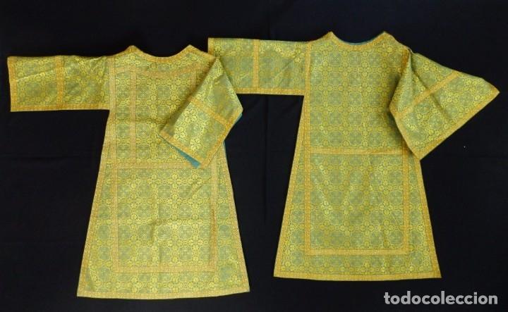 Antigüedades: Dos dalmáticas confeccionadas en seda color verde y damascos en hilo de seda dorado. Pps. S. XX. - Foto 12 - 156001494