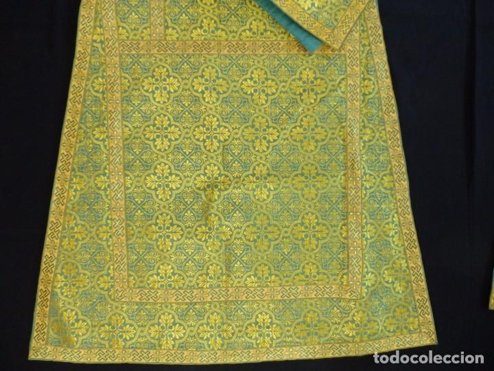 Antigüedades: Dos dalmáticas confeccionadas en seda color verde y damascos en hilo de seda dorado. Pps. S. XX. - Foto 16 - 156001494