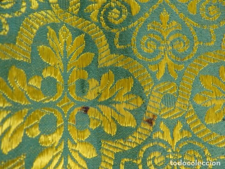 Antigüedades: Dos dalmáticas confeccionadas en seda color verde y damascos en hilo de seda dorado. Pps. S. XX. - Foto 17 - 156001494