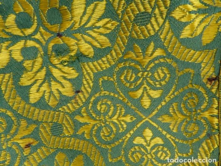 Antigüedades: Dos dalmáticas confeccionadas en seda color verde y damascos en hilo de seda dorado. Pps. S. XX. - Foto 18 - 156001494