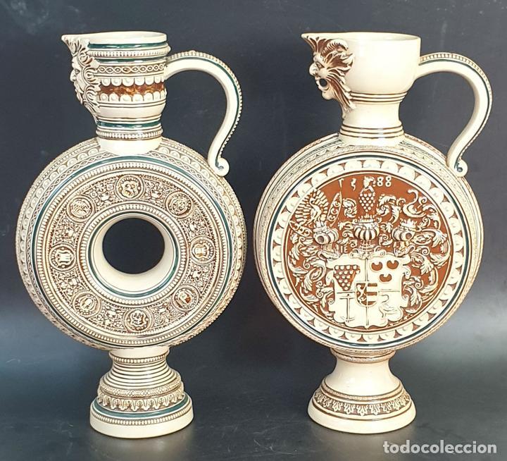PAREJA DE JARRAS. CERÁMICA ESMALTADA. PINTADA A MANO. ALEMANIA. SIGLO XX. (Antigüedades - Porcelana y Cerámica - Alemana - Meissen)
