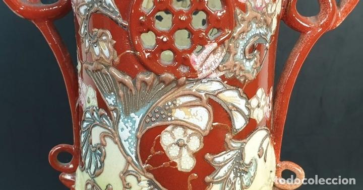 Antigüedades: PAREJA DE JARRONES MODERNISTAS. CERÁMICA JAPONESA. ESMALTADO Y PINTADO A MANO. SIGLO XX. - Foto 3 - 156027974