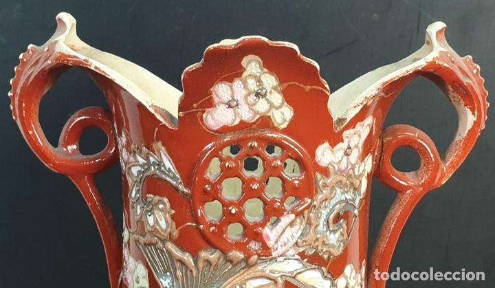 Antigüedades: PAREJA DE JARRONES MODERNISTAS. CERÁMICA JAPONESA. ESMALTADO Y PINTADO A MANO. SIGLO XX. - Foto 4 - 156027974