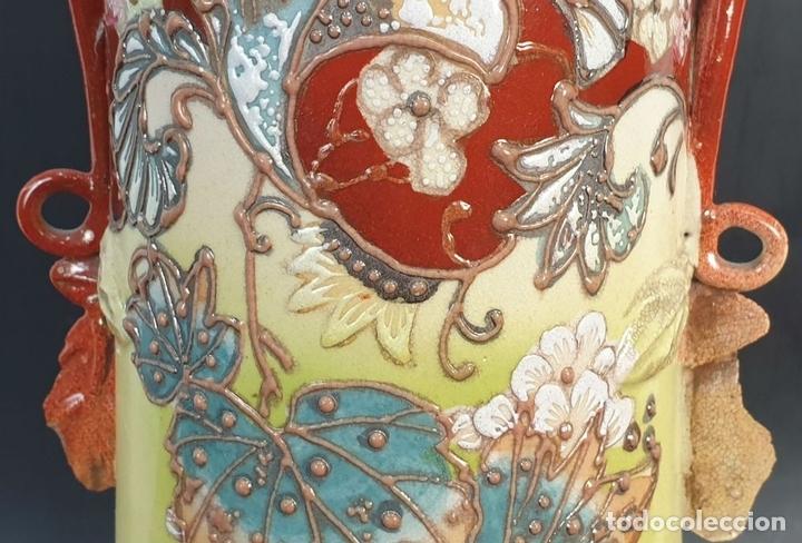 Antigüedades: PAREJA DE JARRONES MODERNISTAS. CERÁMICA JAPONESA. ESMALTADO Y PINTADO A MANO. SIGLO XX. - Foto 9 - 156027974