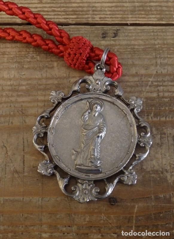 MEDALLA CON CORDON DE LA HERMANDAD DE SAN BARTOLOME,NERVA, HUELVA (Antigüedades - Religiosas - Medallas Antiguas)