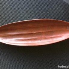 Antigüedades: ESPECTACULAR CENTRO DE MESA DE CERÁMICA, CON FORMA DE VAINA DE CACAO. Lote 156036470