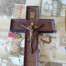Antigüedades: ANTIGUA CRUZ DE MADERA TALLADA Y METAL . Lote 156182434