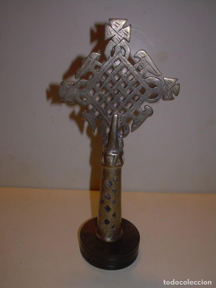 Antigüedades: CRUZ ETIOPE - COPTA DE BROCE PLATEADO.SOBRE PEANA DE EBANO - Foto 6 - 156195858