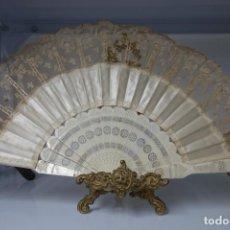 Antigüedades: ABANICO CON VARILLAS DE HUESO BORDADO CON PEANA DE BRONCE DEL SIGLO XIX. Lote 156319394