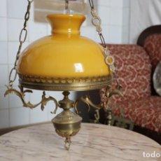 Antigüedades: LAMPARA DE TECHO TIPO QUINQUÉ ELECTRIFICADA Y CON ESTRUCTURA DE BRONCE Y TULIPA COLOR CREMA. Lote 156349198