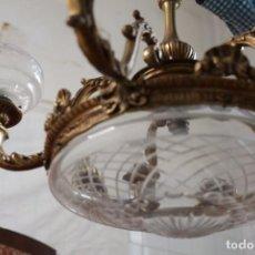 Antigüedades: LAMPARA DE TECHO DE BRONCE Y VIDRIO TALLADO. Lote 156361098
