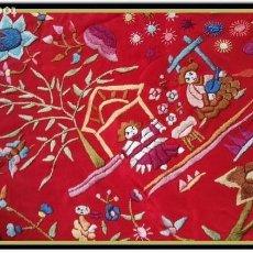 Antigüedades: MANTON ANTIGUO COLOR ROJO CHINOS BORDADO A MANO 160X160 MAS ENREJADO PESADO Y FLECO. Lote 156404026