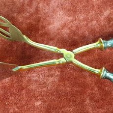 Antigüedades: PIZAS PARE SERVIR. MANGOS DE PLATA. PINZAS DE METAL DORADO. CIRCA 1950. . Lote 156455062