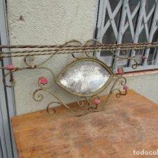 Antigüedades: COLGADOR RÚSTICO ANTIGUO EN HIERRO CUATRO COLGADORES PARA PARED . CON SOMBRERERO. Lote 156466466