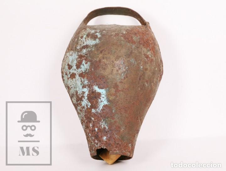 ANTIGUO CENCERRO / CAMPANO DE METAL PARA BUEY / VACA - MEDIDAS 15,5 X 13 X 26 CM (Antigüedades - Técnicas - Rústicas - Ganadería)