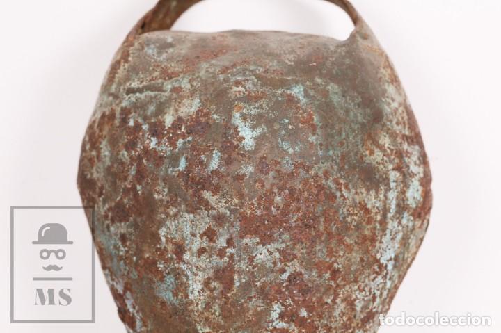 Antigüedades: Antiguo Cencerro / Campano de Metal para Buey / Vaca - Medidas 15,5 x 13 x 26 cm - Foto 4 - 156472810