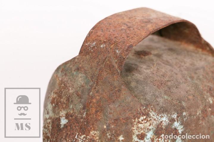 Antigüedades: Antiguo Cencerro / Campano de Metal para Buey / Vaca - Medidas 15,5 x 13 x 26 cm - Foto 5 - 156472810