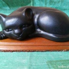 Antigüedades: REPRESENTACIÓN GATO NEGRO SOBRE BASE DE MADERA. Lote 156476030