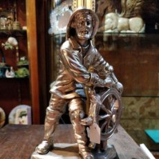 Antigüedades: FIGURA DE MARINO O MARINERO AL TIMÓN EN PLENA TEMPESTAD, BAÑO DE PLATA DE LEY, 25X15.5X11CM. Lote 156487866